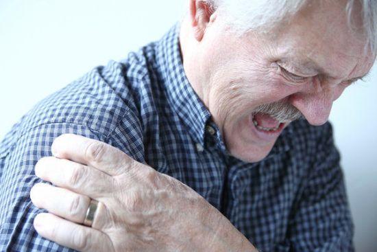 Боль в плече у пожилого