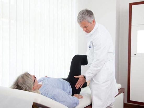 Осмотр тазобедренного сустава врачом