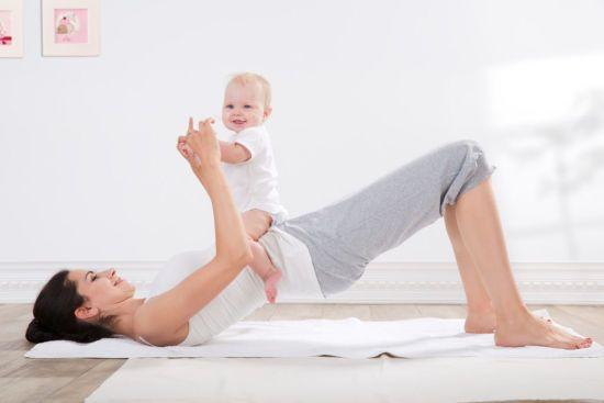 Мама делает гимнастику с малышом