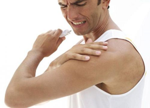 Смазывание мазью больного плеча