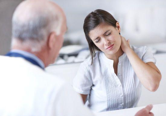 Женщина с больной шеей у доктора