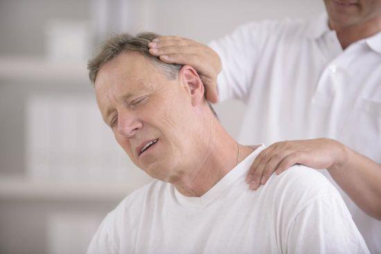 Мануальный терапевт лечит шею
