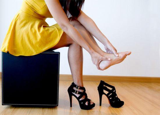 Боль в стопах из-за ходьбы на каблуках