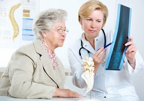 Врач оценивает рентген-снимок позвоночника
