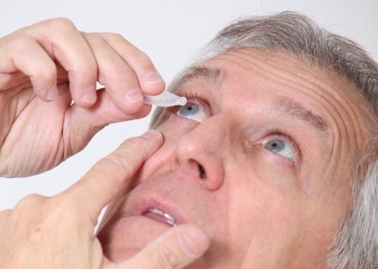 мужчина закапывает глаза