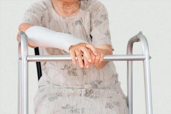 Бабушка с загипсованной рукой