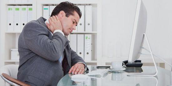 Мужчина за компьютером, боль в шее