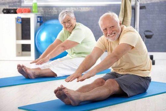 пожилые люди занимаются