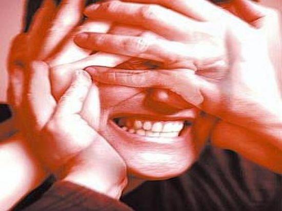 сцеплены зубы у мужчины