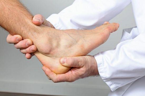 рука в руках врача