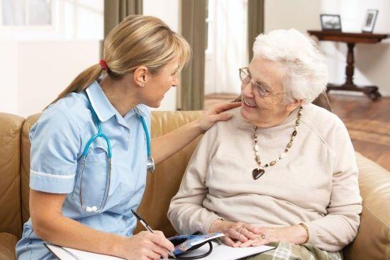 Врач и пожилая пациентка