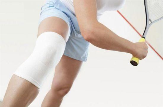 Игра в теннис, колено забинтовано