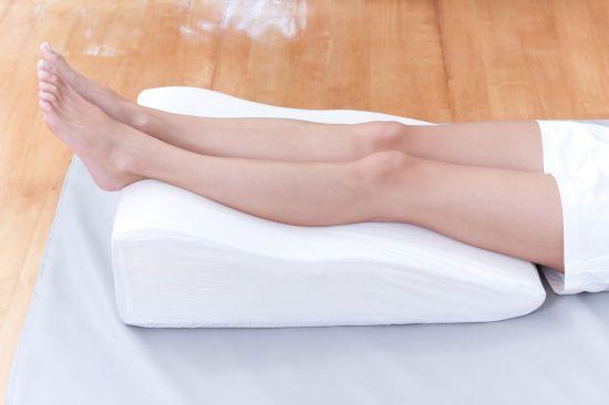 Ноги на высокой подушке