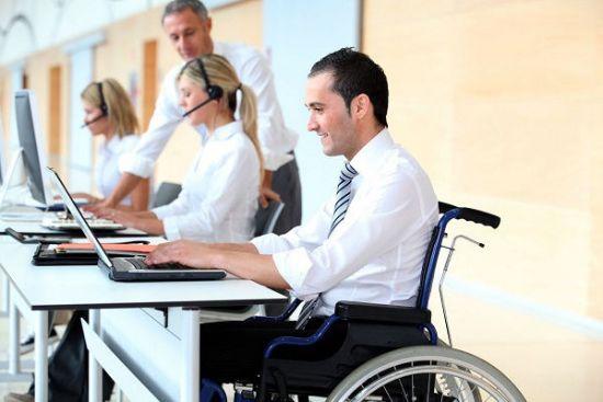Люди-колясочники за работой на компьютерах