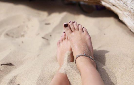 Женские ноги, песок