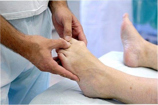 Врач осматривает пальцы ноги