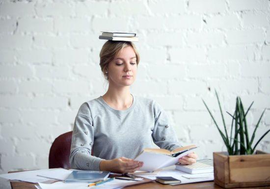 Девушка с книгой на голове
