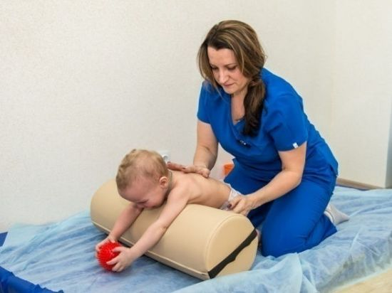 Малышу делают массаж