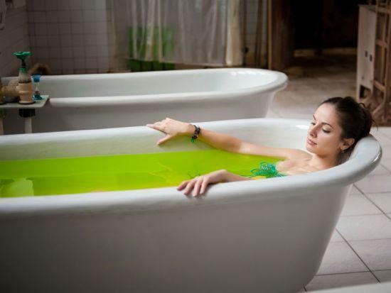 Девушка принимает хвойную ванну