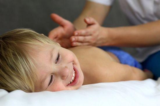 Мальчику делают массаж