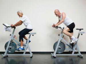 Пожилые на велотренажерах