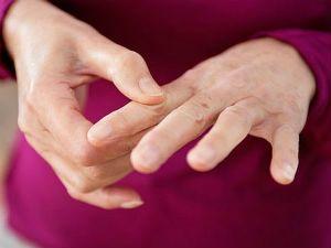 Болит средний палец правой руки