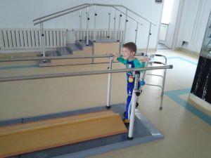 Мальчик с ДЦП на тренажере