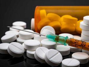 Шприц и таблетки