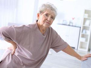 Боль в спине у пожилой женщины