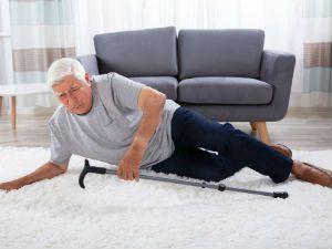Пожилой мужчина упал на пол