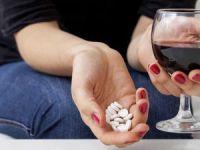 Вино и таблетки в руках