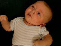 у малыша голова наклонена в сторону